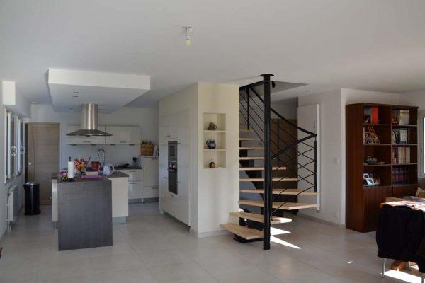 Rénovation - extension maçonnerie. Escalier limon central.
