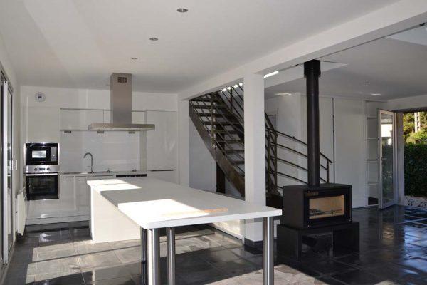 Rénovation intérieure, décloisonnement, escalier à limon central.