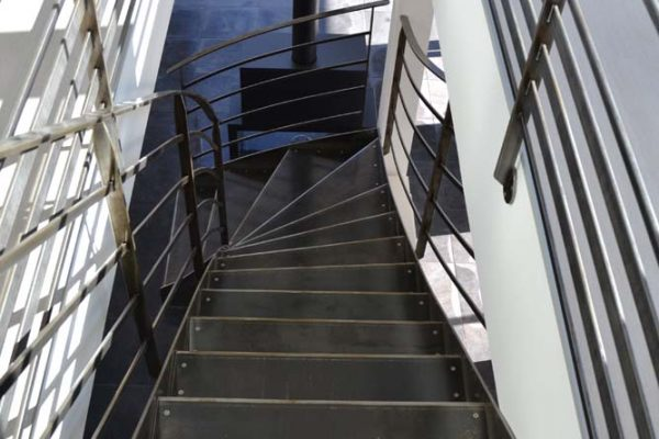 Rénovation - escalier et garde-corps en métal vieilli.