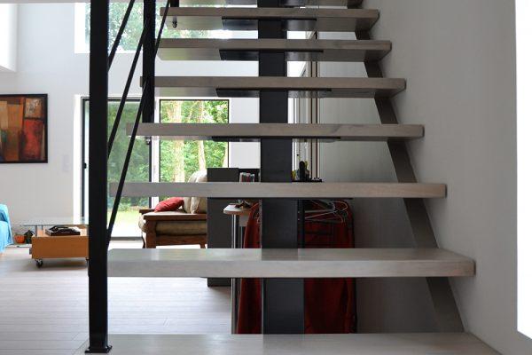 Escaliers limon central maison ossature bois