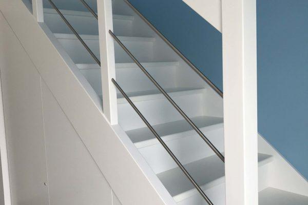 Escalier bois et aménagement de placards sous l'escalier