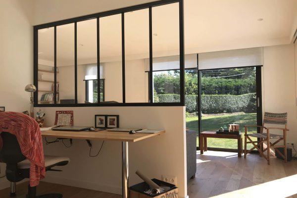 Aménagement d'un espace bureau, pose d'un vitrage atelier